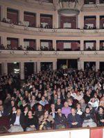 TRE – Spettacolo divertente, gli spettatori riempono il teatro Cilea.